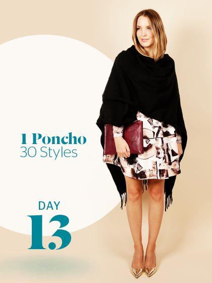 Unsere Stylight Challenge: 30 Tage Poncho tragen - aber immer anders kombiniert. Abendliches Outfit mit Musterrock und silbernen Pumps - aber erst der Poncho mit der tief schwarzen Farbe, machtden Look so richtig edel.