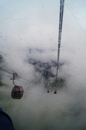 Neustift Stubaier gletscherbahn 3210m. Zo vanuit de wolken 2 km omhoog.