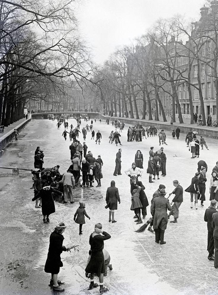 Mensen schaatsen  op de gracht in Amsterdam, 01-05-1941