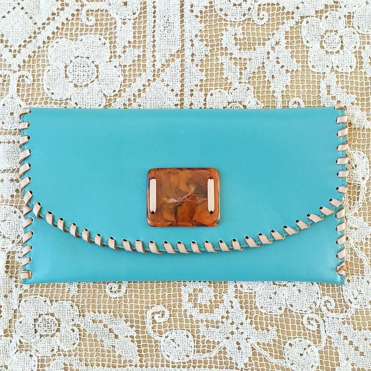 Handcrafted with turquoise leather, ivory whipstitching and that vintage mottled resin buckle ✨