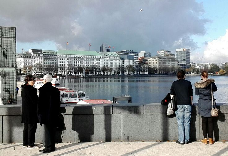 Sightseeing Point Hamburg Jungfernstieg. Binnenalster and view to Hotel Vier Jahreszeiten.  Aurigoo Limousine Service Germany.