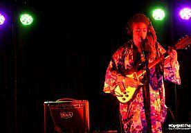 9-Jun-2014 5:57 - #VR14: STAANDE OVATIE VOOR JENNAH BELL. We hebben nog weinig soul gehoord op Vestrock, maar vlak voor het einde gaat daar nog verandering in komen wat Jennah Bell maakt haar opwachting in Club Acoustic. In Amerika wordt ze geprezen om haar alternatieve folk- en soulmelodieën en haar vertederende stem. Het is het laatste optreden van haar Nederlandse tour, een gemiste kans om daar niet even te gaan luisteren.