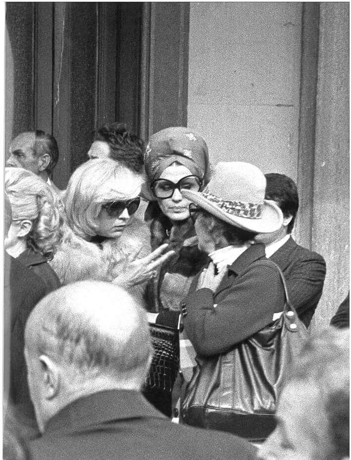 Moira Orfei, con sua cugina Liana Orfei al funerale di Darix Togni.