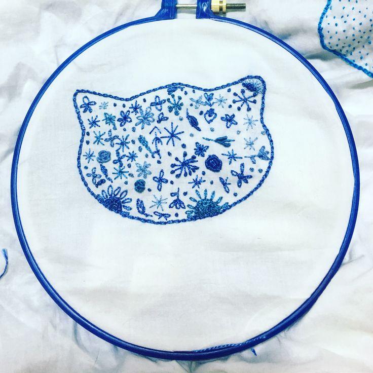 Gato bordado azul