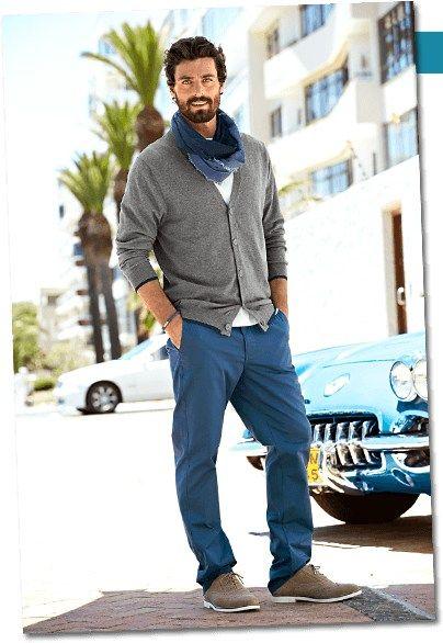 Šedivý svetr lze kombinovat prakticky s čímkoliv