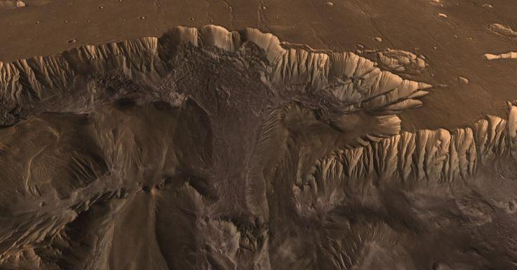 Os Vales Mariner são o Grande Cânion de Marte, mas muito maiores que os desfiladeiros localizados nos EUA. Possuem mais de 4.000 km de comprimento, 200 km de largura e até 7 km de profundidade. Nasa/JPL/Arizona State University