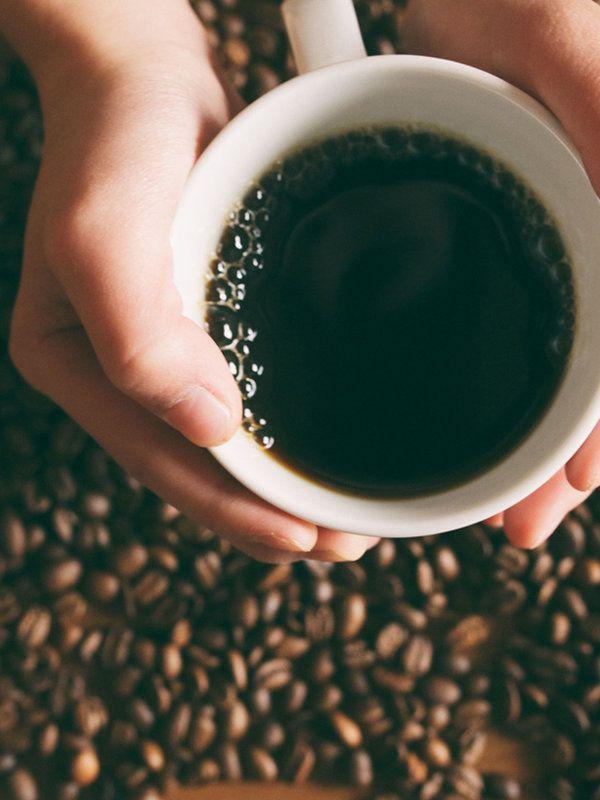 コーヒー  ジャワ島では古くからコーヒーが頭痛に効くと言い伝えられている。パリンスキーさんによると、これは事実だが飲む量はほどほどに、とのこと。「アルコールは、血管を拡張させることでひどい頭痛を引き起こします。一方、コーヒーに含まれるカフェインは血管を収縮させるので、コーヒーを飲むと頭痛がやわらぐのです」。でも大量に飲むのは逆効果で、コーヒーの飲み過ぎで頭痛を悪化させることも。「カフェインには利尿作用があります。そのため脱水症状を悪化させ、さらにひどい頭痛を引き起こします。結論を言うと、カップ1杯程度のコーヒーなら二日酔いによる頭痛をやわらげるのに役立ちます。でも一日中コーヒーを飲み続けるのはおすすめできません」
