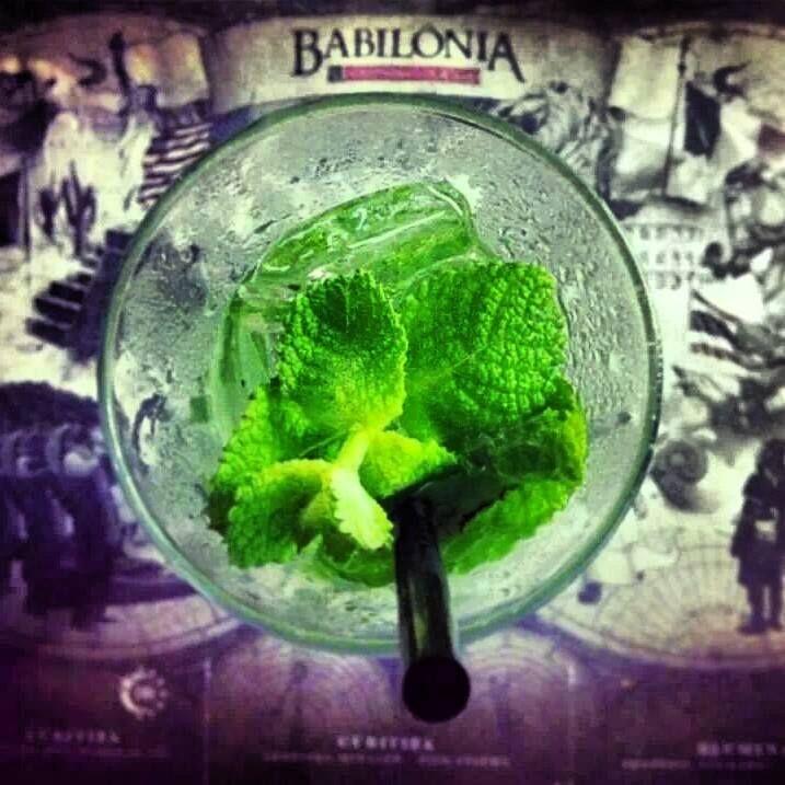 """O Mojito é um #drink originário de Havana, Cuba, e que usa ingredientes nativos do Caribe. Teria sido criado por um inglês em alto-mar e sua história era contada nos bares cubanos, em especial no """"La Bodeguita del Medio"""", por ninguém menos que o escritor americano Ernest Hemingway. #drink #bebida #cocktail"""