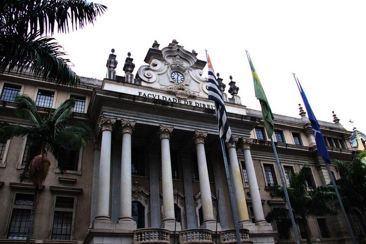 Faculdade de Direito da Universidade de São Paulo. | A faculdade funciona em um antigo convento no Largo de São Francisco, no centro da cidade, desde o ano de sua fundação, em 1827.