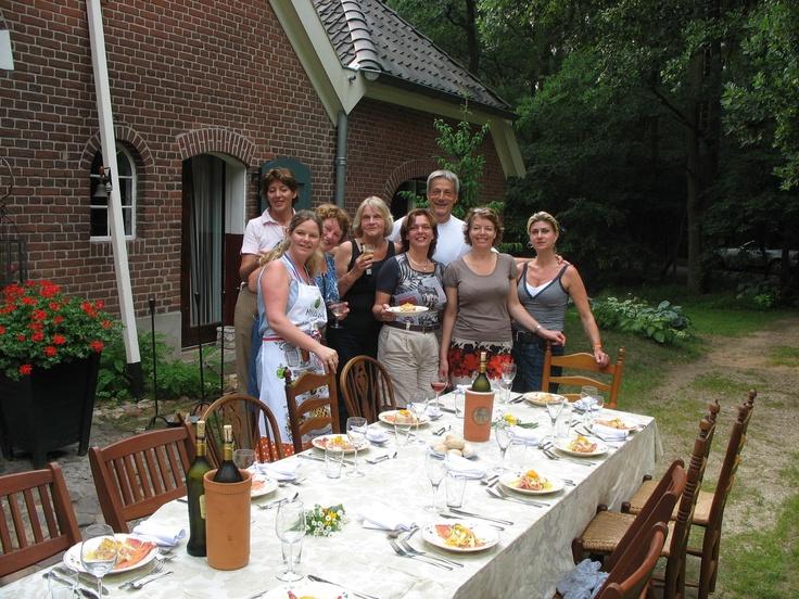 Op zwoele zomerdagen eten wij buiten op het erf onder de oude eiken en lindebomen bij een knapperend houtvuur. Koken in een landelijke omgeving.