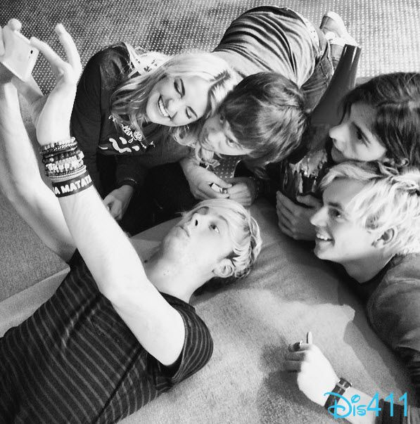 Epic R5 selfie!!!! Look at Ross's sparkling brown eyes. he's so super hot.