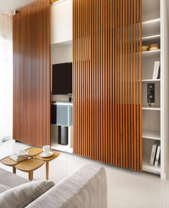Cacher la télévision derrière des panneaux de bois à lamelles, montés sur glissières. D'autres idées sur le site.: