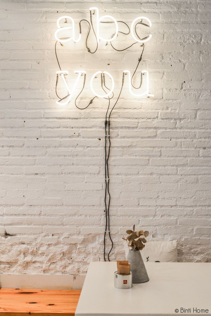 Lichtletters Coffeebar ABCYou Bed And Breakfast Valencia #lightletters #whitewall #bricks @abcyou