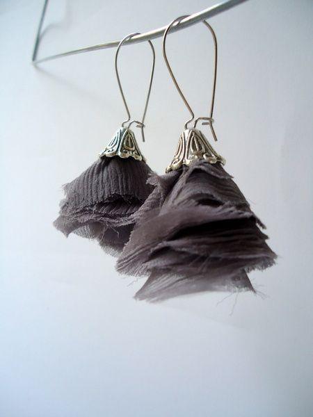 Boucles d'O. pendentif en voile de soie mauve/gris.  Capuchon en métal argenté, style vintage.  Grandes Attaches en argent 925  Ces boucles sont en...