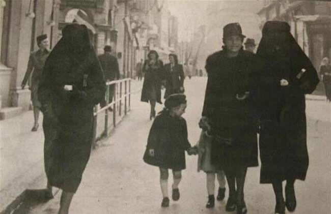 Mujeres en la historia: Mujer musulmana cubre con su velo la estrella amarilla que identifica a su vecina como judía para protegerla de la persecución. Sarajevo, la antigua Yugoslavia. [1941].