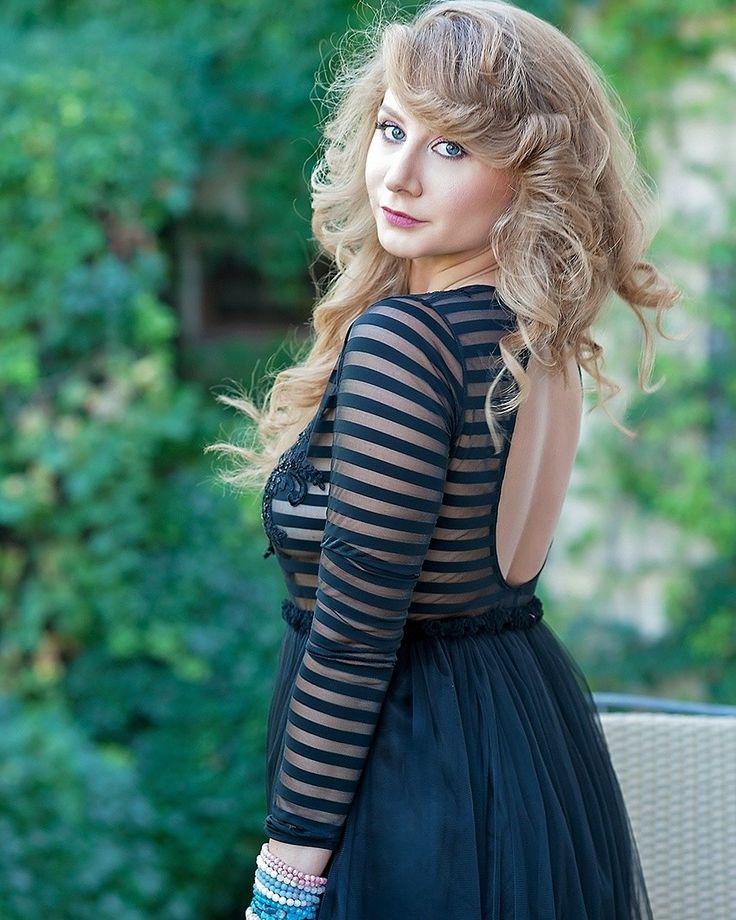 Livada cu rochii  Black dress  Backless dress  Curls  Romantic view