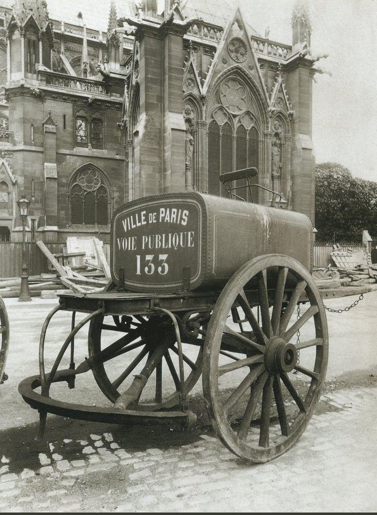La Voiture dans le Paris d'antan par Eugène Atget - Une voiture d'arrosage de la Ville de Paris, près de Notre-Dame, en 1910.