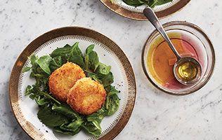 Tout sauf banale, cette salade! Avec ses rondelles de chèvre frit et son vinaigre balsamique blanc, on réinvente le chèvre chaud!