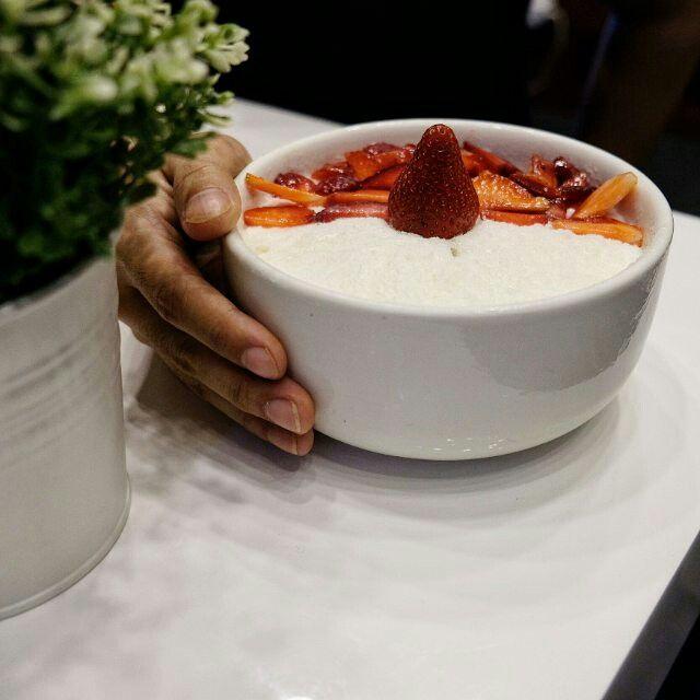 """https://www.instagram.com/p/BP31OJyBVHz/ ------- Snowflake Milkshake Sherbert by @youngdongid ------- IDR 70.000 ------- Buat kalian yang suka es salju, wajib coba menu ini. Karena di dalem nya ada special ice cream and cake. Rasa manis dan asam stawberry sangat segar dinikmati bersamaan dengan snowflake atau yang nitizen sering sebut """"es di serut"""" 😁 ------ 📍 Rukan Crown Golf Blok D No. 32, PIK, Jakarta, Indonesia ------ #youngdongid #foodinhands #foodinstory"""