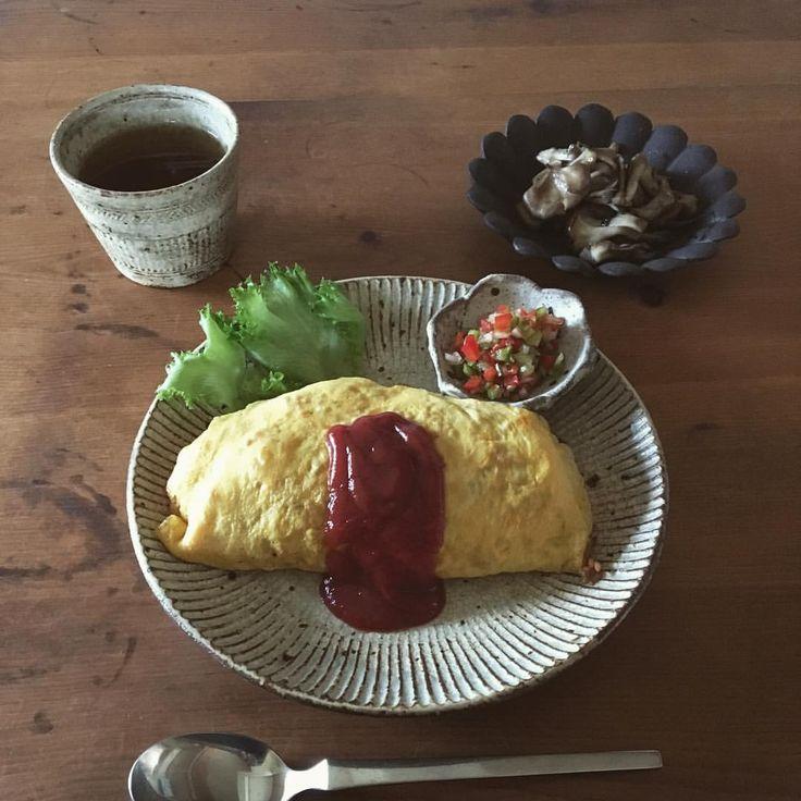 お昼ごはん。オムライスと舞茸炒めとピーマンパプリカ玉ねぎのマリネ。 コストコでプライムビーフ肩ロース焼肉用のお肉を買ってみました。1日目は焼肉、2日目はホットプレートでガーリックライスを作り横でお肉を焼き、ガーリックライスとあえて熱々を。少し残った3日目はフライパンで焼いてマリネをのせて。その余りのマリネ。 #お昼ごはん#お昼ご飯#昼食#ランチ#オムライス#洋食#マリネ#舞茸#叶谷真一郎#村上直子#石川裕信#しのぎ#三島#蕎麦猪口#そばちょこ#輪花#器#うつわ#陶器#和食器#豆皿#暮らし#コストコ #