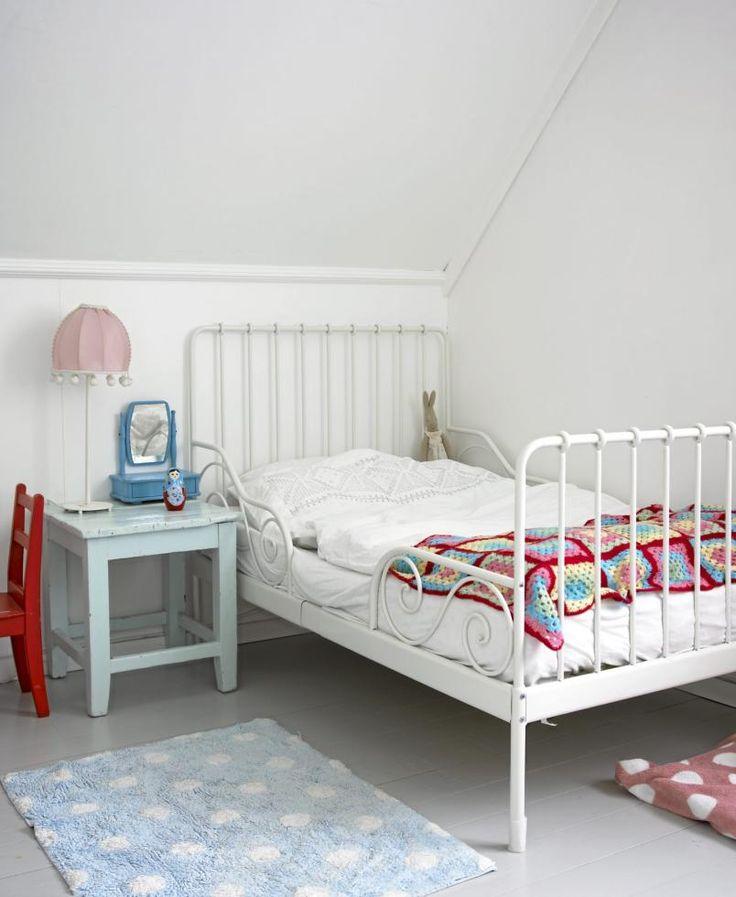 Pikerommet er yndig, men stilfullt. Vegger og tak fungerer som et hvitt lerret, og møbler og nips blir derfor fargeklattene. Legg merke til den enkle, men flotte sengen.