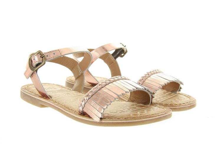 Sandalen Gioseppo Taimi 31706 goud,een mooie sandaal van het merk Gioseppo, uitgevoerd in rose goudkleurig leer. Deze meisjes sandaal is op de wreefband versierd met leuke fringes en sluit af met een gespje.