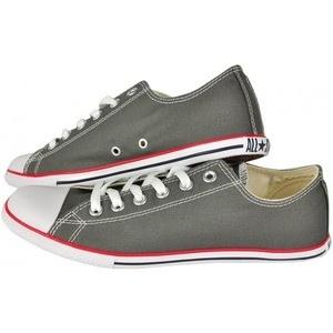 Respectand modelul clasic al tenesilor, pantofii sport Converse Chuck Taylor Slim au un design mai special ce iti va face piciorul sa para mai subtire. Combinatia de culori gri-rosu ii face usor de asortat atat la o vestimentatie sport cat si la una casual. Materialul textil de la exterior pastreaza piciorul bine aerisit.