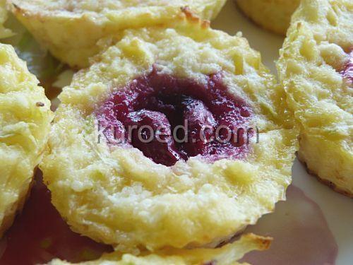 Диетические сырники из творога и кабачков с вишней, испеченные в духовке