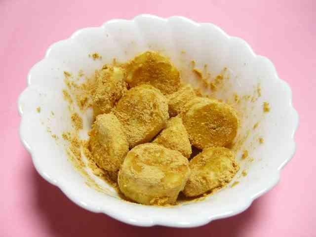 和!冷凍バナナDE安倍川バナナ           きな粉とバナナの甘味、相性バッチリ!ヘルシーで和風なデザートです。きな粉タップリがおすすめですよ。安倍川餅風楽しんでね! MOMOちゃん  材料 (1人分) 冷凍バナナ 1本 きな粉 たっぷり 砂糖(私は黒糖) お好みで 作り方 1 バナナを冷凍しておきます。 2 きな粉と砂糖を混ぜておきます。 *砂糖は後からかけてもいいですね。 3 バナナをカットしてきな粉砂糖としっかりからめる。 コツ・ポイント 冷凍したバナナとしてないバナナで食べ比べてみました。 私は、冷凍した方が好みです^^! レシピの生い立ち 冷凍バナナにきな粉をタップリまぶしたら、安倍川餅みたいでバナナの甘味ときな粉がベストマッチング^^!イソフラボン&繊維質で女性に優しい和風スイーツになりました~! レシピID:972626