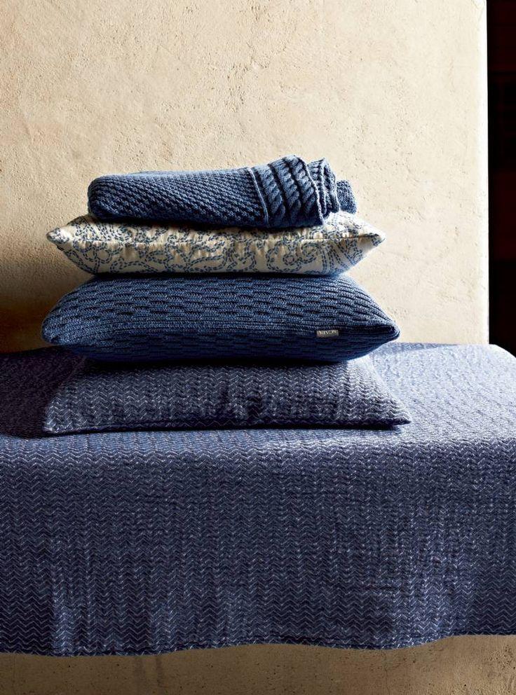 FOTO : Indigo blauw als accentkleur bij de interieurcollectie van Scapa HOme. Indigo blauwe kussens en plaids. - - 10504