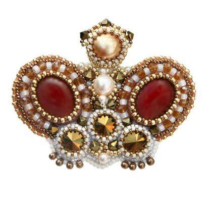 """Broş el yapımı.  Fuar Masters - el yapımı broş """"Topun Kraliçesi"""", kırmızı ve altın.  El yapımı."""