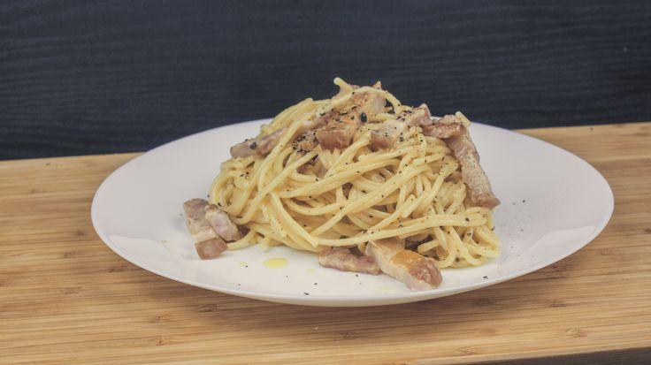 Ingrediente: 400gr spaghete 200gr Bacon 75gr Parmezan 3 Galbenusuri de ou Piper proaspat macinat Mod de preparare: 1.Fierbe spaghetele in apa cu sare pana cand sunt aproape gata, ultimele 2