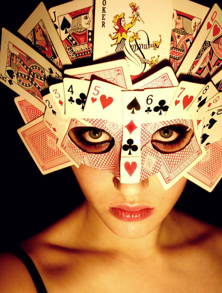 Máscara casera hecha con cartas
