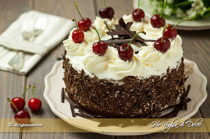 Torta foresta nera o Schwarzwälder Kirschtorte, ricetta tradizionale tedesca. Dolce con pan di spagna al cacao, panna, ciliegie o amarene bagnato al kirsch