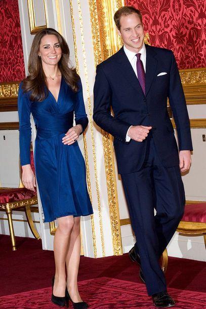November 2010: Ein schönes Statement - bei der offiziellen Verkündung der Verlobung von Kate Middleton und Prinz William trug die zukünftige Braut ein Kleid von Issa sowie einen Ring aus Saphiren und Diamanten, der einst Lady Diana gehörte, Prinzessin von Wales und Mutter des Prinzen