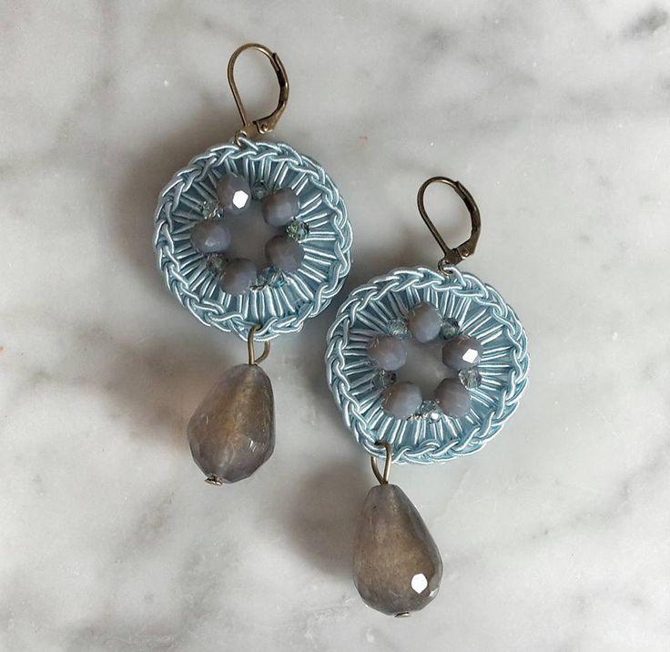 Orecchini con filato gioiello, cristalli e pietre dure by Fiori del mare