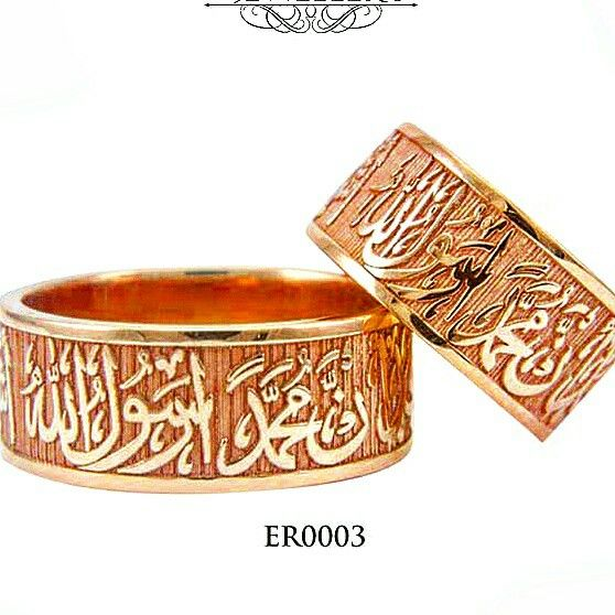 R0003 enggraving wedding ring in design with carved lafadz that detail reflects the maturity and adds its own charismatic to the wearer  for more information please click this link https://m.bukalapak.com/artowear?dtm_campaign=default&dtm_source=product_detail&dtm_section=sidebar