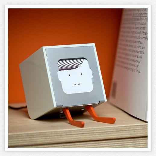 «Little Printer è una mini stampante direttamente collegata al tuo smartphone. Attraverso il cellulare puoi impostare le tue sottoscrizioni alle diverse tematiche che ti interessano, e unirle assieme per creare un mini-giornale pronto per essere letto»