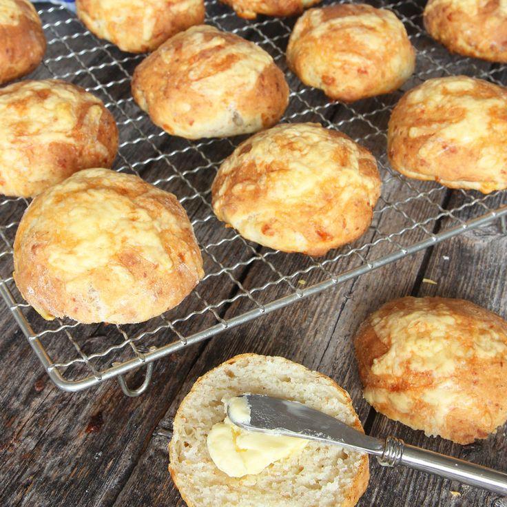 Snabbgjorda, härliga frallor med ost i degen och på toppen! Klara på 15–20 min!