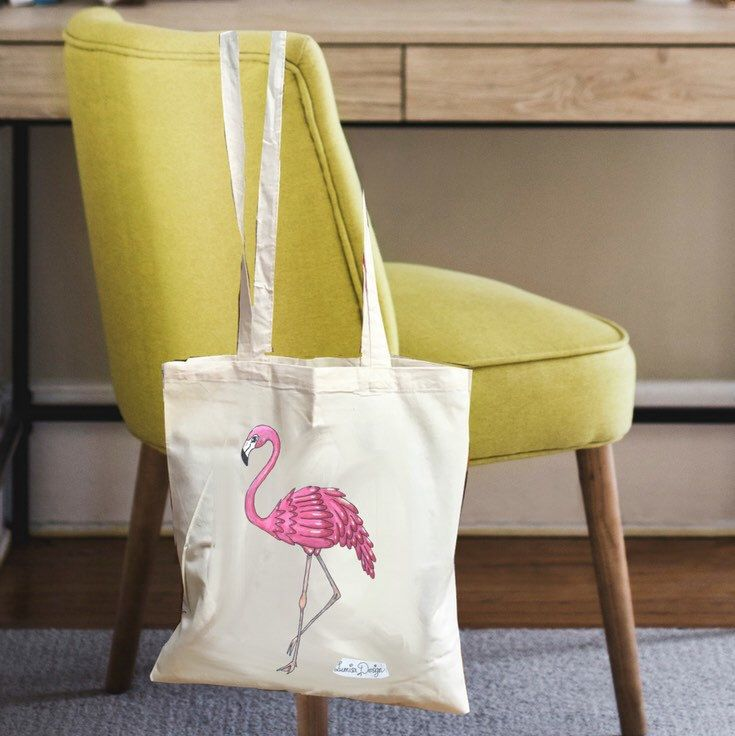 This flamingo tote is lovely as a gift for bridesmaids! The perfect flamingo wedding gift or for any other flamingo party! There are also matching t-shirt available. Find them at www.lumisadesign.nl