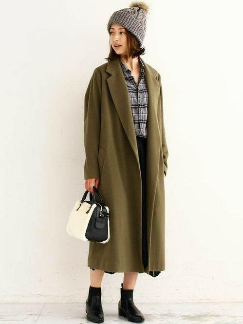 カーキで落ち着いた雰囲気に。秋冬のファッションアイテム おしゃれガウンコート コーデを集めました♪