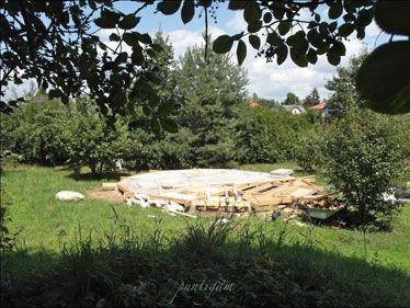Auf Punktfundamenten und einer Holzplattform (klassisch mit EPS gedämmt) wurde eine Jurte errichtet, außen mit Strohballen ummantelt und mit einem diffusionsoffenen, aber regensicheren Zeltstoff (TenCate KA-46, rund 20,–/m2) abgedeckt. Das Dach wurde aus statischen Gründen (Gewicht) mit Hanfmatten gedämmt. Eine Plexiglaskuppel mit Regenautomatik sorgt für die Belichtung, ein englischer Ofen für die Wärme. Gerd Kerschbaumer …
