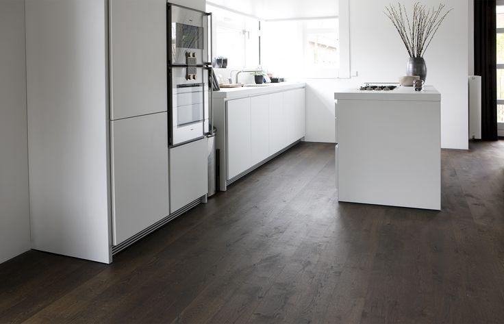 Houten vloer in de keuken. Uipkes rustiek Frans eiken houten vloer gitzwart | UW-vloer.nl