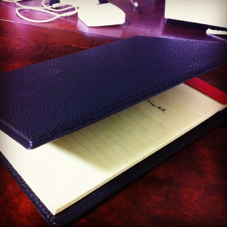 伊東屋のメモパッドとケースです。大きすぎず、小さすぎず、サッとメモをするのに丁度いい大きさです。私は「今日のToDo」を書きだすのに使っています。
