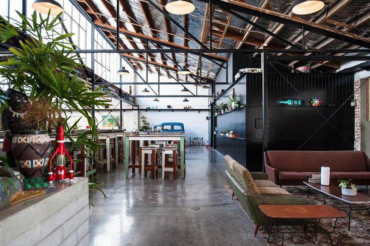 Construido en 2015 en Auckland, Nueva Zelanda. Imagenes por Wendy Brandon. Este proyecto consistió en la reutilización adaptada de un almacén de 1960 en una cervecería artesanal, restaurante, cocina comercial y un bar con...