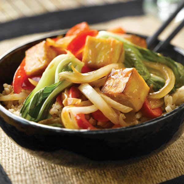 Couper le tofu en cubes de 2,5 cm (1 po). Faire chauffer l'huile végétale dans un wok à feu moyen-vif. Faire dorer le tofu pendant 5 minutes, en ne remuant pas trop souvent. Ajouter le poivron rouge, l'oignon, le gingembre et les champignons et faire sauter le tout pendant 5 minutes. Ajouter le pak-choï et … Continue reading Sauté au pak-choï et au tofu aux 5 épices →