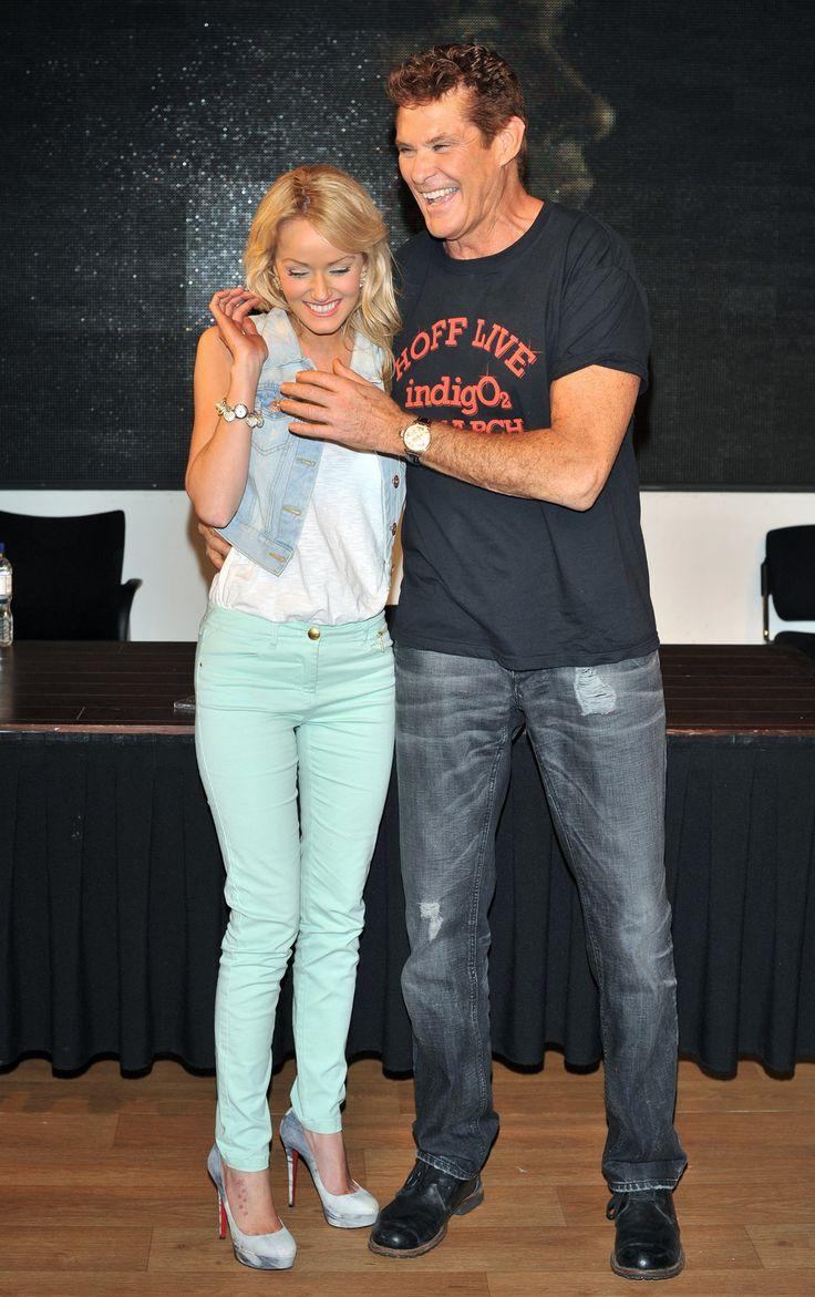 David Hasselhoff y Hayley Roberts pantalones verde menta jeans chaleco remera azul oscuro estampado color naranja jeans zapatos negros