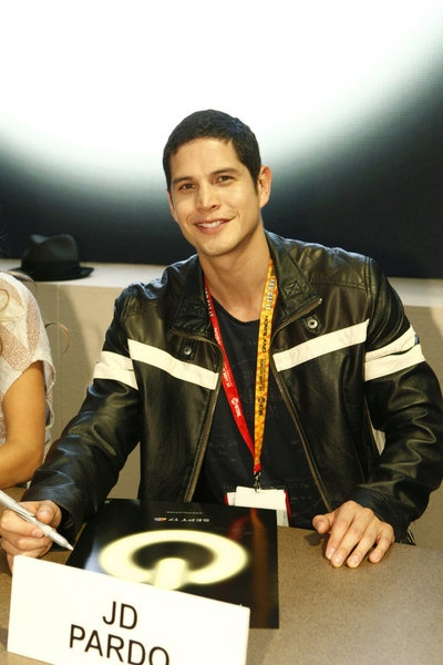 #Revolution's JD Pardo signs autographs for fans at #SDCC 2012.