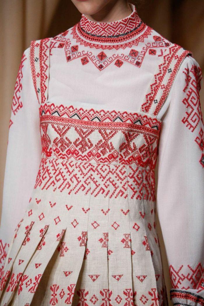 ethno kleidung ethno mode ethno muster Stickerei valentino mode tracht ethno schal kleid bestickt