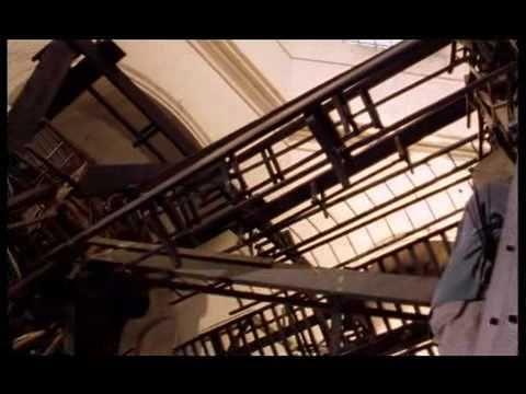 Documentaire sur l'installation à la chapelle Saint-Louis de l'hôpital de la Salpêtrière à Paris dans le cadre du Festival d'Automne. Tadashi Kawamata crée une œuvre éphémère en forme de passage, réalisée à partir de chaises et de bancs d'église.